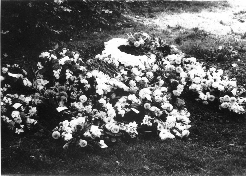 The flowers by the graveside